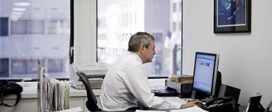 treballador utilitzant ordenador